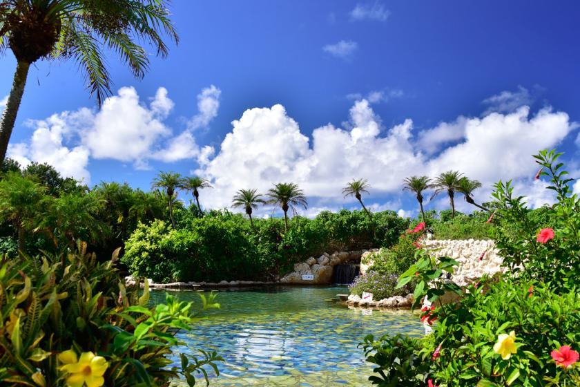 【南国の天然温泉フリーパス】サウナ・プールも完備!碧と花々に囲まれた「シギラ黄金温泉」に滞在中入り放題/朝食付き