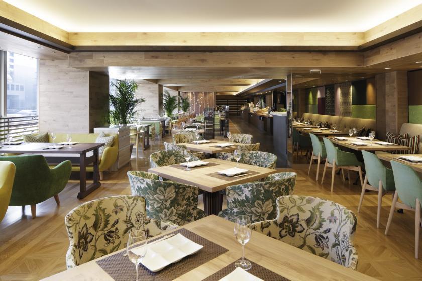 【朝食無料】当館より徒歩3分、森林のテラス 癒しの空間のレストランでご朝食