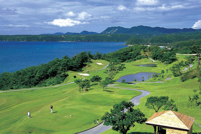 【2サム確約/リゾートゴルフ(4月~10月)】青い海を眺めながら広がる空へショット!1ラウンドプレー付き