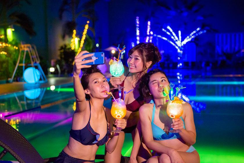 【女子旅】オールシーズン楽しめる!フォトジェニックなナイトプールでインスタ映えプラン(ドリンク付き)
